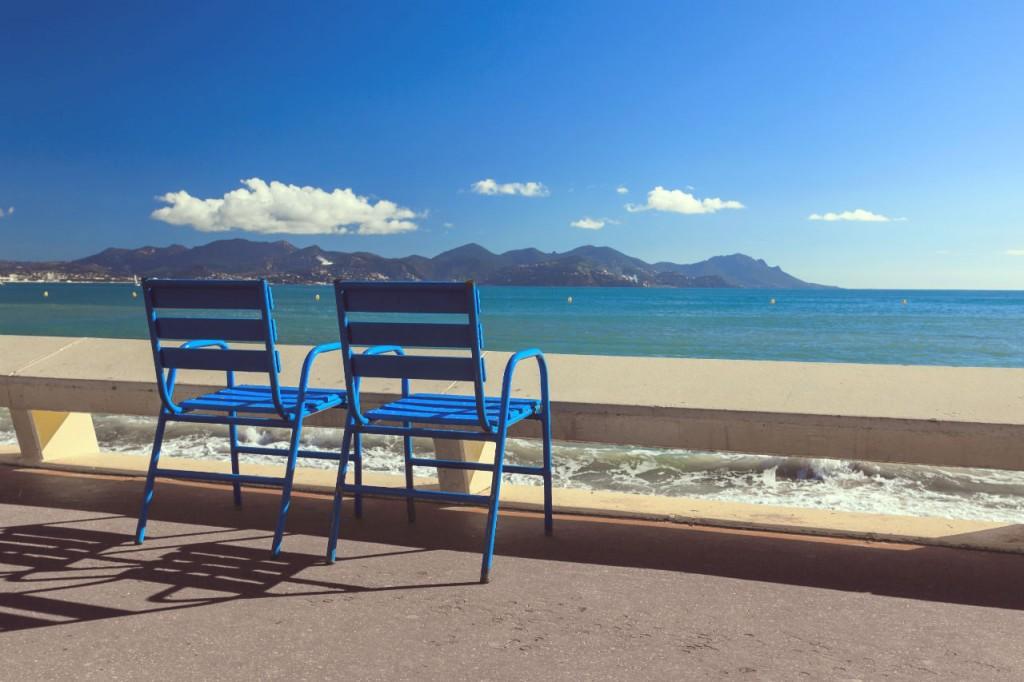 Rien de mieux pour bronzer que la plage, le soleil et le clapotis de l'eau.